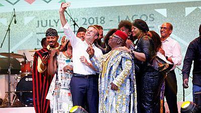 [Photos] Loin des strass diplomatiques, Macron en amoureux de la culture africaine à Lagos