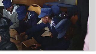 Zimbabwe : le vote anticipé des forces de l'ordre fait débat