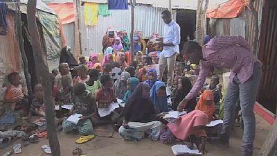 Somalie: des étudiants donnent des cours aux enfants des camps