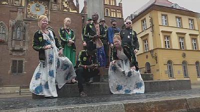 Une troupe d'albinos contre la violence