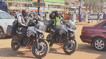 Kenya : un couple parcourt le monde à moto