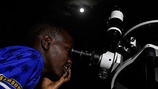 Au Kenya, un téléscope pour montrer l'éclipse aux populations [No Comment]