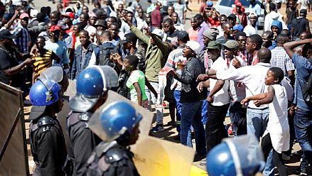 La police zimbabwéenne tire des gaz lacrymogènes pour disperser des partisans de l'opposition [No Comment]