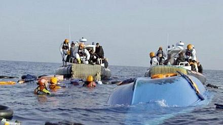 Migrants who were stranded at sea for over two weeks received in Tunisia [No Comment]