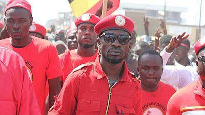 """Ouganda : le député Bobi Wine """"convoqué devant un tribunal militaire"""" pour """"trahison"""""""