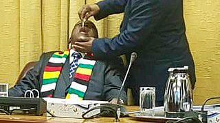 Photo: Zimbabwe president gets cholera vaccine at cabinet meeting