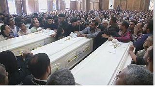 Egypte : les coptes enterrent leurs morts