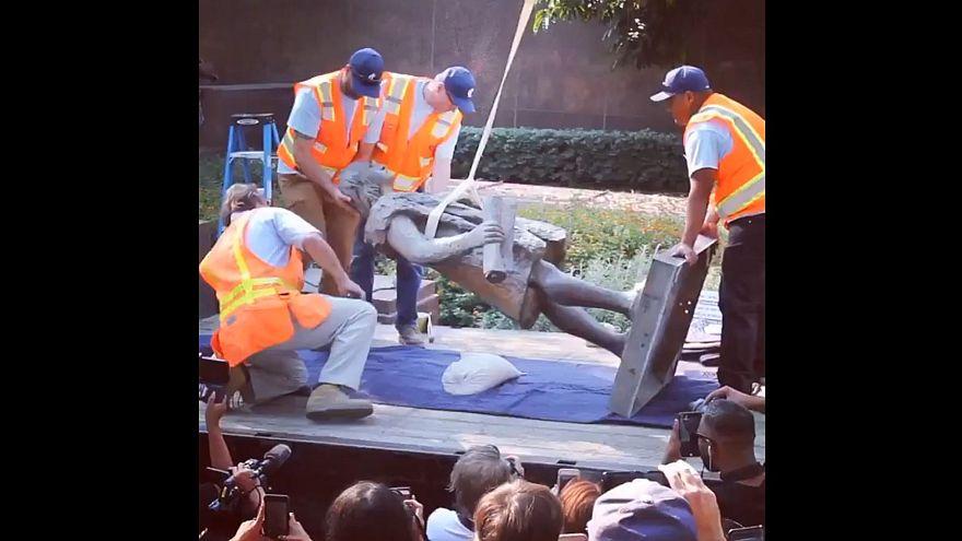 """Rimossa statua di Colombo a Los Angeles: """"Causò il più grande genocidio della storia"""""""