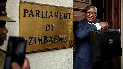Au Zimbabwe, une baisse de 5 % des salaires du président et des ministres annoncée