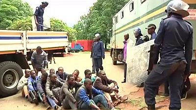 """Zimbabwe : le régime juge """"sévères"""" les accusations de torture contre les forces de l'ordre"""