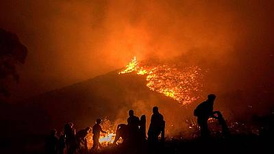 Wild fire sweeps Cape Town's Lion's Head mountain