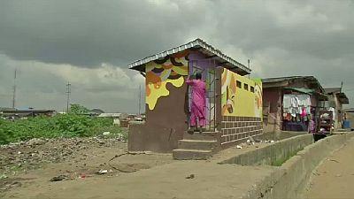 Un artiste de Lagos apporte de la couleur aux quartiers pauvres de la ville