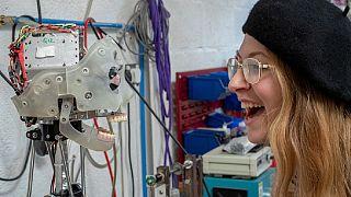 Ai-Da, le robot qui promet de faire concurrence à Léonard de Vinci