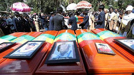 Ethiopian Airlines : les familles des victimes enterrent des sacs de terre [No Comment]