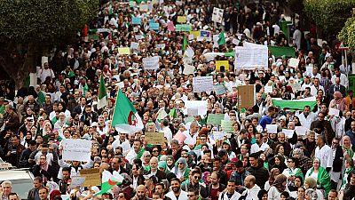 Algérie : le parti au pouvoir apporte son soutien aux manifestants