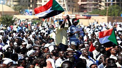 Les Soudanais manifestent devant le QG de l'armée à Khartoum