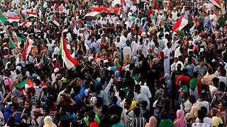 """Soudan : les manifestants dénoncent le """"coup d'État militaire"""" contre Béchir"""