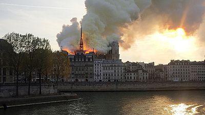 """Choc en France, un """"terrible"""" incendie ravage l'emblématique Notre-Dame de Paris"""
