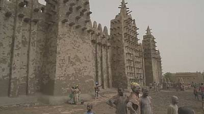 Mali: Thousands take part in annual Grand mosque plaster