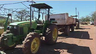 Mugabe met ses tracteurs aux enchères