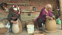 En Tunisie, la poterie se transmet de mère en fille