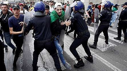 Police officer pushed off van after spraying tear gas at Algerian protesters [No Comment]
