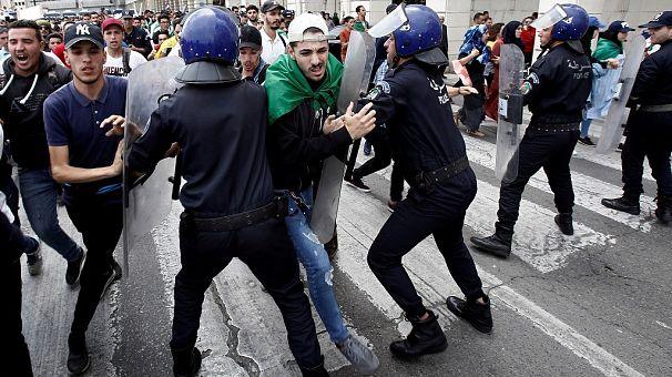 La police tire des gaz lacrymogènes sur les manifestants en Algérie [No Comment] | Africanews