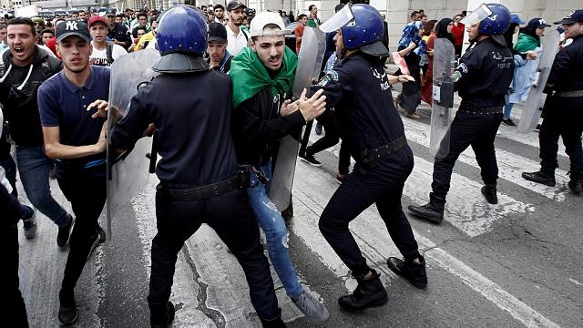 La police tire des gaz lacrymogènes sur les manifestants en Algérie [No Comment]