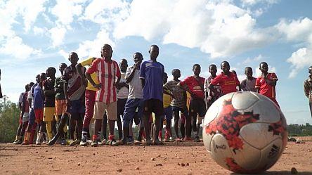En Ouganda, des jeunes réfugiés à l'école du football [No Comment]