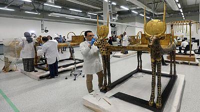 L'Egypte présente un sarcophage de Toutânkhamon en restauration