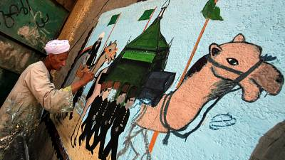 Egypt: Artist paints hajj murals as muslims ready for trip
