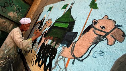 Egypt: Artist paints hajj murals as muslims ready for trip to Mecca