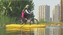 Des Égyptiens découvrent les bienfaits du vélo sur l'eau