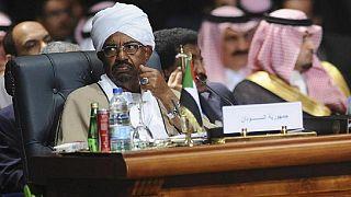 """Soudan : arrivée au tribunal du président déchu Omar-el-Béchir, jugé pour """"corruption"""" (AFP)"""