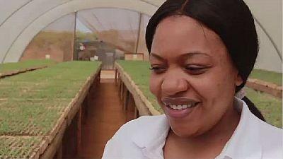 Une Zambienne abandonne la blouse d'infirmière pour les bottes d'agricultrice
