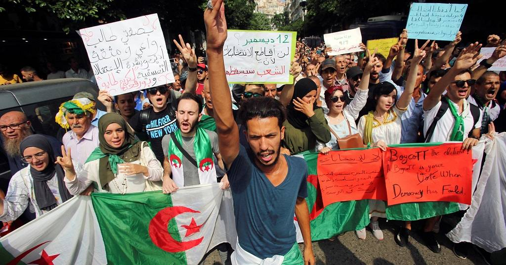 Thousands of protesters in Algiers despite heavy police deployment