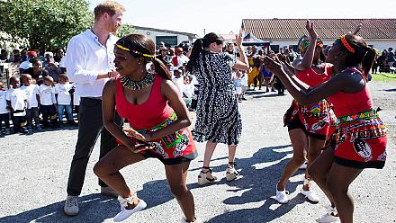 En Afrique du Sud, Meghan et Harry dansent aux rythmes locaux [No Comment]