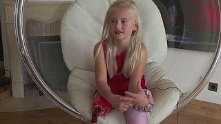 Une fillette mannequin amputée des deux jambes, à la Fashion Week de Paris