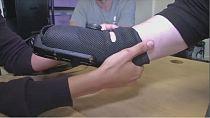 Un bras prothétique avec embouts multi-outils encliquetables