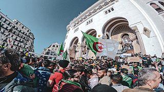 """Les Algériens à nouveau dans la rue, défiant le """"climat de répression"""""""