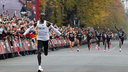 Marathon : le Kényan Eliud Kipchoge brise la barre des 2 heures