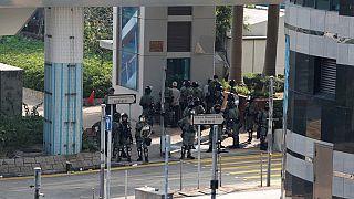 Feu et violences : les manifestants hongkongais tiennent un campus assiégé