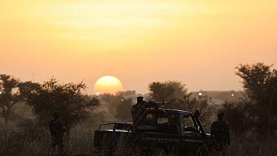 """Niger : """"63 terroristes"""" et 25 personnes tués dans l'attaque d'un camp de l'armée"""