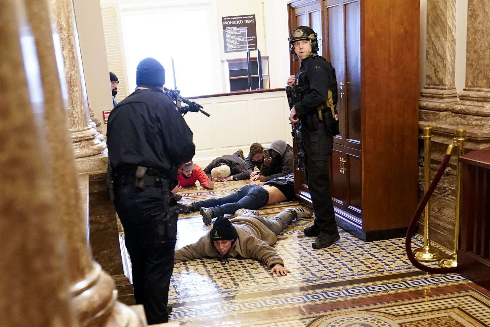 Polisi Capitol AS menahan pengunjuk rasa di dekat senjata dekat House Chamber di dalam US Capitol di Washington. 6 Januari 2021