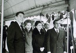 الرئيس الأمريكي رونالد ريغان وزوجته نانسي برفقة والرئيس المصري حسني مبارك وزوجته سوزان خلال زيارة للبيت الأبيض في واشنطن 1982
