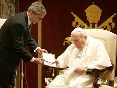 پاپ ژان پل دوم در سال ۲۰۰۴ نشان افتخار آزادی گرفت.