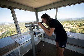 Camille Mollier, étudiante, observe les environs depuis la vigie d'Arbois près d'Aix-en-Provence, dans le sud de la France le 7 juillet 2020