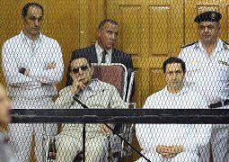 الرئيس المصري السابق حسني مبارك وابناه جمال وعلاء مبارك خلال جلسة في قاعة محكمة في القاهرة - مصر 2013
