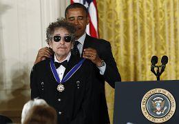 باب دیلن، ترانه سرای آمریکایی در سال ۲۰۱۲ نشان افتخار آزادی دریافت کرد.