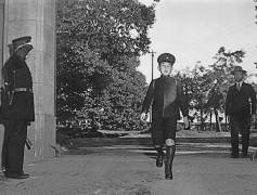آکیهیتو در زمان ولیعهدی در راه رفتن به مدرسه در سال ۱۹۴۵